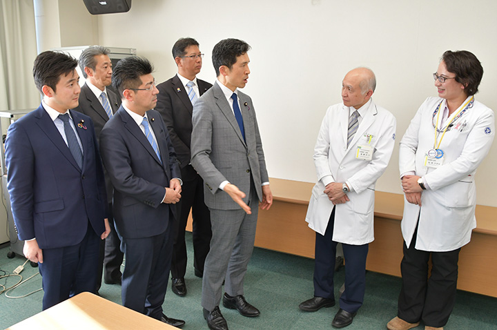 後藤診療科長(右から2人目)、松尾医師(右隣)と懇談する(前列左から)安江、里見、新妻の各氏ら=27日 名古屋市