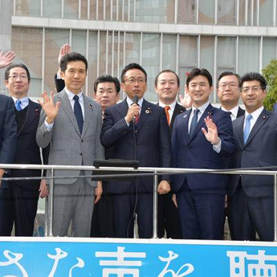 新年の決意を述べる伊藤県代表(前列中央左)と、新妻(左隣)、安江(右隣)、里見(前列右から2人目)の各氏ら=2日 名古屋市