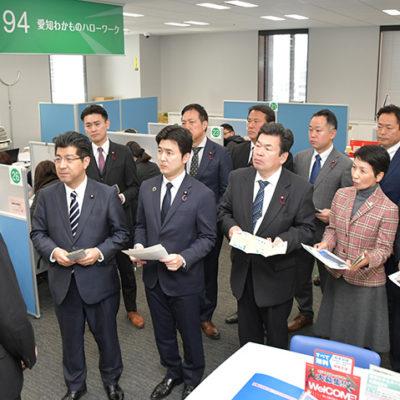 「ヤング・ジョブ・あいち」を視察する(手前左から)里見、安江の両氏ら=14日 名古屋市