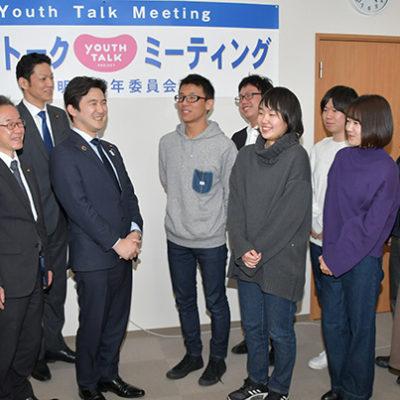終了後、参加者と懇談する安江氏(左から5人目)ら=同 岐阜市
