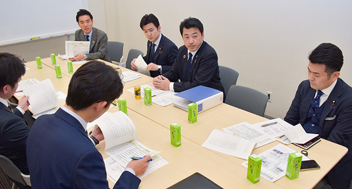 今後の活動方針を協議する党青年委のメンバー=12日 参院議員会館