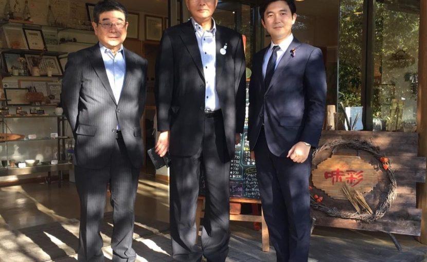 左は父、今井俊郎村長と