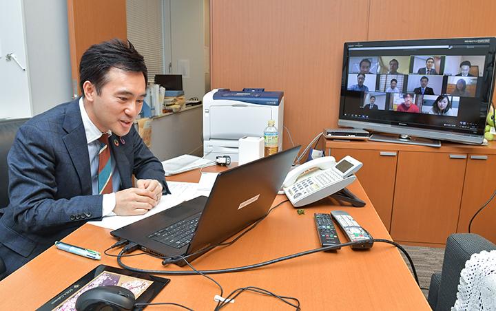 オンラインのユーストークに参加する矢倉青年委員長=18日 参院議員会館