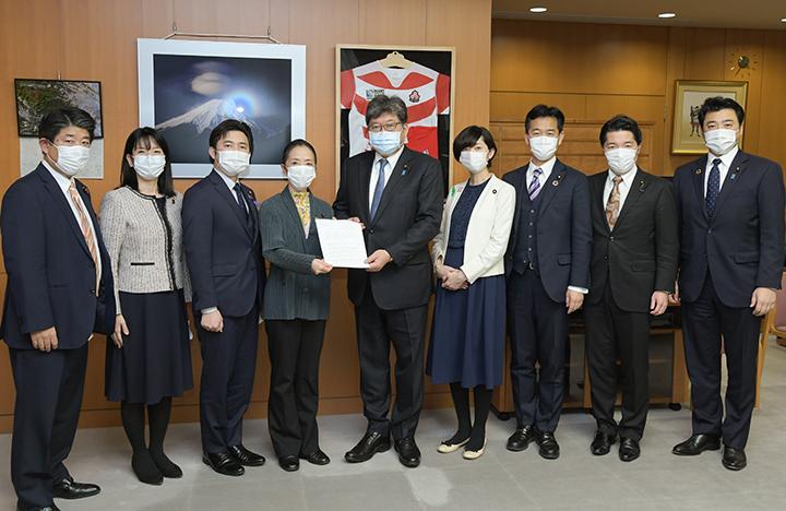 萩生田文科相(中央)に要望する浮島部会長(左隣)ら=20日 文科省