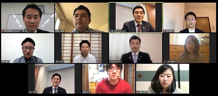 オンラインユーストークで語り合う矢倉委員長(上段右から2人目)、三浦青年局長(中段右から2人目)、安江学生局長(下段左端)と参加者