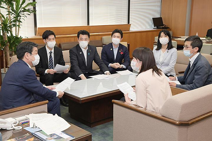 稲津副大臣(左端)に要望する党青年局と学生局のメンバーら=8日 厚労省