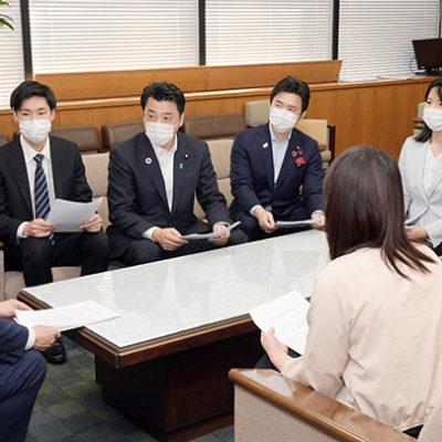 稲津副大臣(左端)に要望する三浦青年局長(左から3人目)ら=8日 厚労省