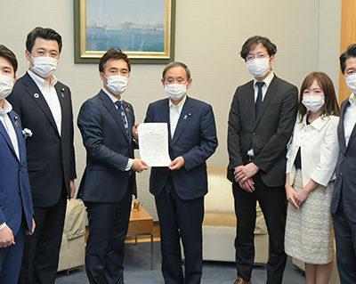 菅官房長官(中央)に緊急提言を申し入れる矢倉青年委員長(左隣)ら=21日 首相官邸