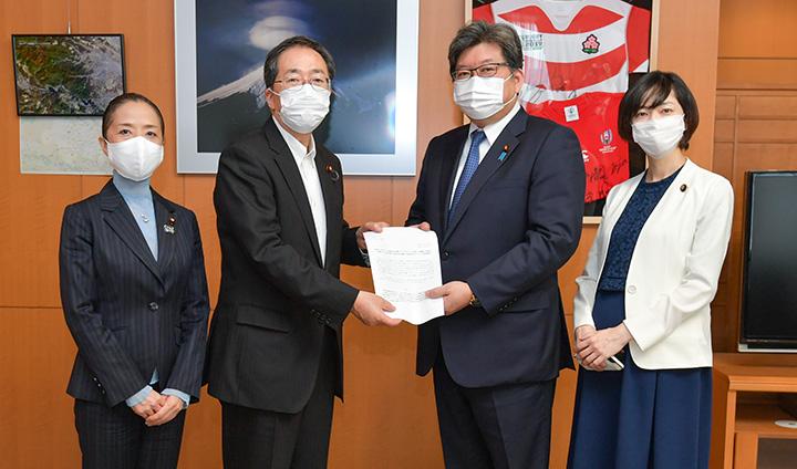 公明党の緊急提言申し入れで萩生田(中央右)は、斉藤(同左)と浮島(左端)の訴えに対し「早急に対応したい」と表明した=5月8日 文科省