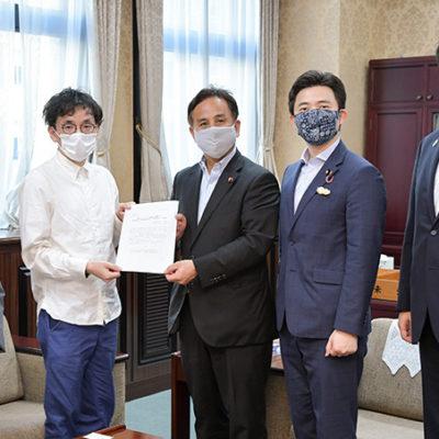 遠山副大臣(中央)に特別研究員などへの支援を要望する(右から)三浦、安江、室橋、小林の各氏=9日 財務省