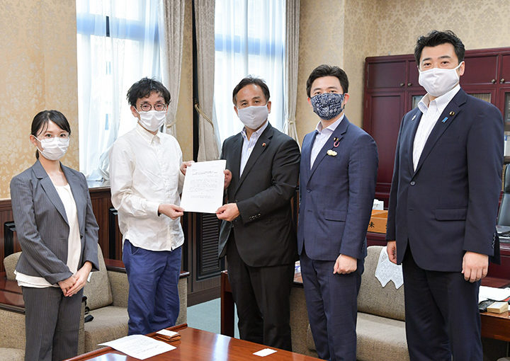 遠山副大臣(中央)に支援を要望する(右から)三浦、安江氏ら=9月9日 財務省