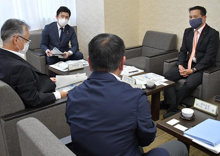 景山センター室長らと意見交換する安江氏(左から2人目)ら=12日 名古屋市