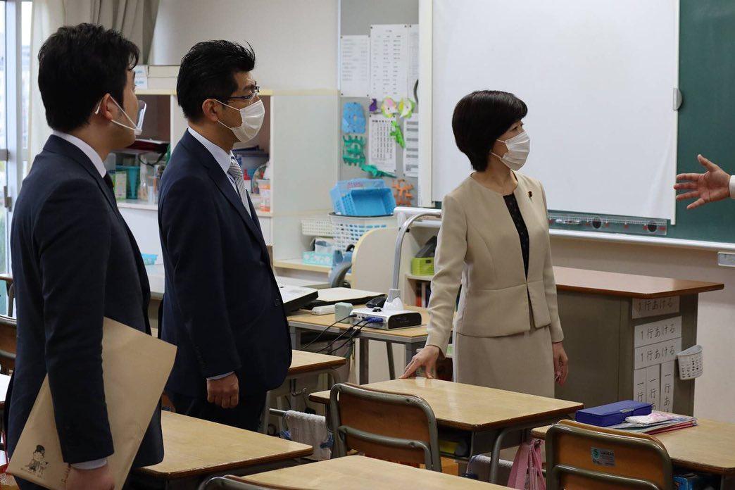 鰐淵洋子文部科学大臣政務官が春日井市の小学校を視察