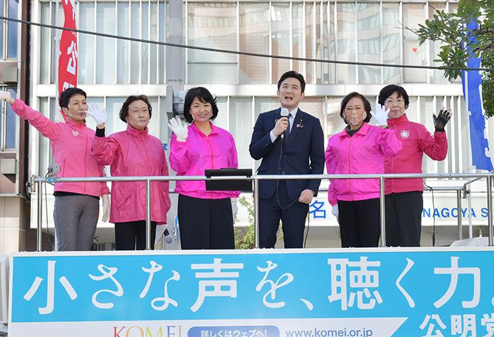 児童虐待防止への決意を語る安江氏(中央右)ら=21日 名古屋市