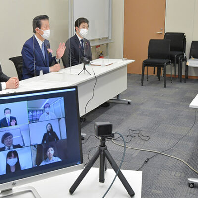 オンラインで中国人留学生と懇談する山口代表(左から2人目)ら=28日 衆院第2議員会館