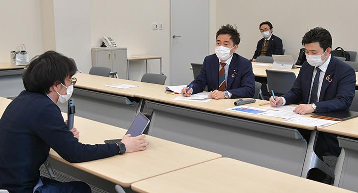 室橋氏(左端)と活発に意見交換する矢倉委員長(中央)と安江伸夫学生局長(右端)=2月17日 参院議員会館