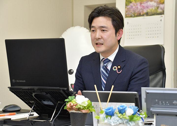 オンラインで若者と意見交換する安江学生局長=7日 名古屋市