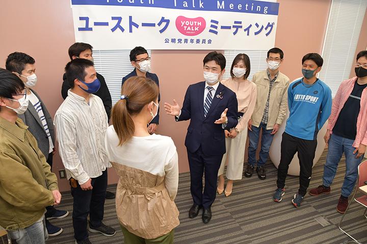 ユーストークで青年らと意見を交わす安江伸夫党学生局長(右から5人目)=3日 名古屋市
