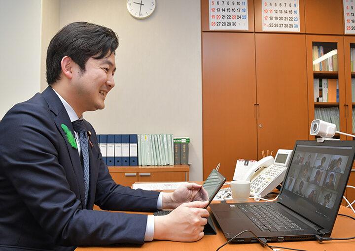 オンラインユーストークで都内の学生と懇談する安江学生局長=21日夜 参院議員会館