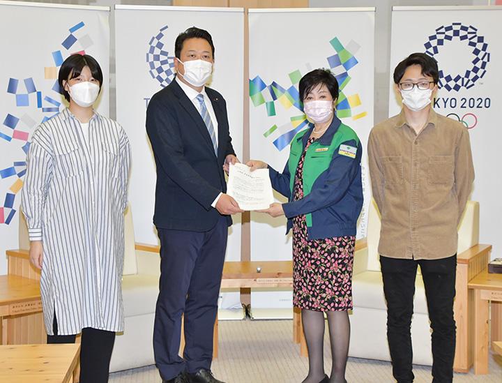 小池知事(中央右)に政策提言を手渡す、けいの都青年局長(左隣)=5月27日 都庁